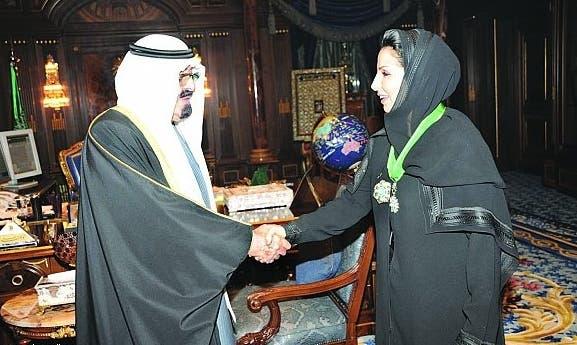 خادم الحرمين يصافح الدكتورة خولة الكريع