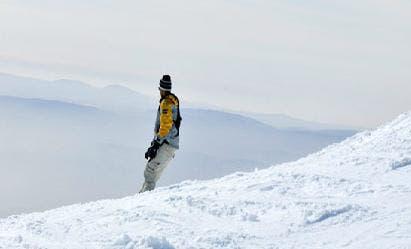 سياح يمارسون رياضة التزلج في منطقة جبل الشيخ