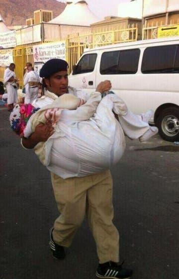 أحمد السرحاني حاملاً الحاجة