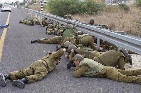 مجموعة من جنود الجيش الاسرائيلي لحظة دوي صفارات الانذار لسقوط صواريخ