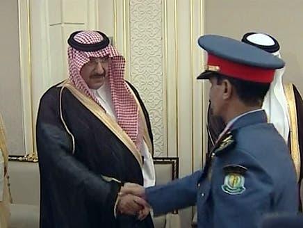 الأمير محمد بن نايف خلال تكريمه لأحد رجال الداخلية