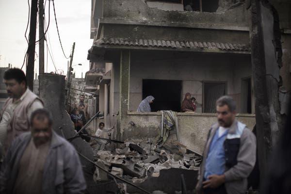 مواطنون في غزة يتفقدون منزلهم عقب غارة اسرائيلية