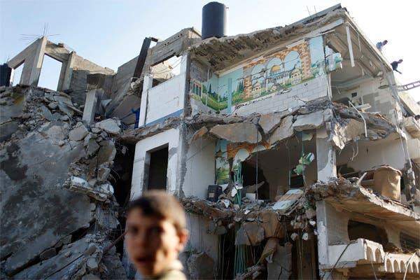 من آثار الغارات الاسرائيلية على منازل الفلسطينيين في غزة