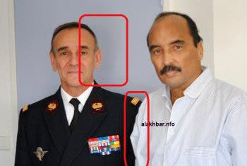 المربع الاحمر يظهر وجود ظل خلف رأس الطبيب و كذلك مربع يظهر ان يد الرئيس اليمني غير ظاهرة في الصورة