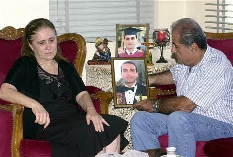 والدا اللبناني جود موسى مع صورته