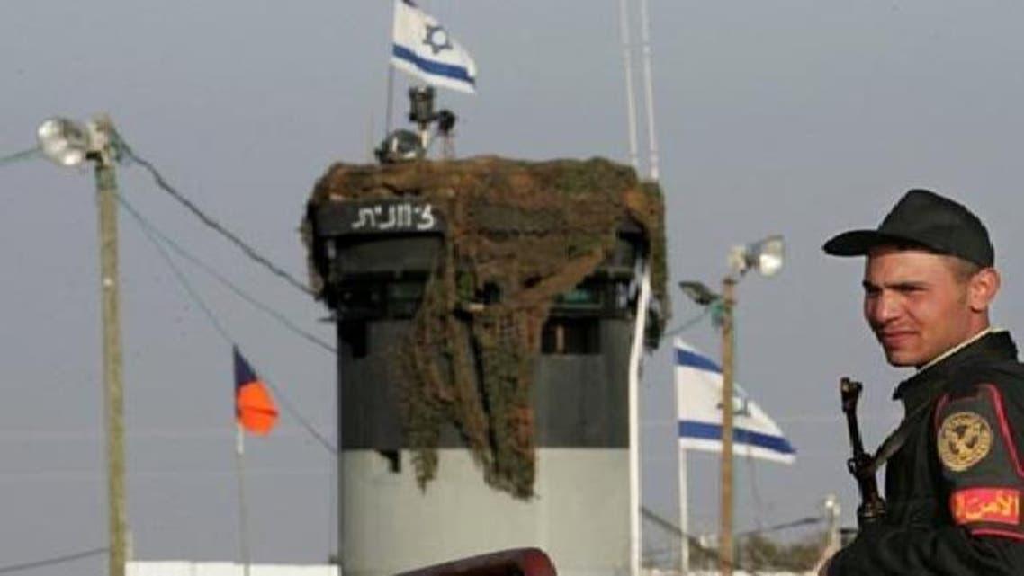 سینا میں اسرائیل کی ایک سرحدی چوکی کے نزدیک مصری محافظ کھڑا ہے۔
