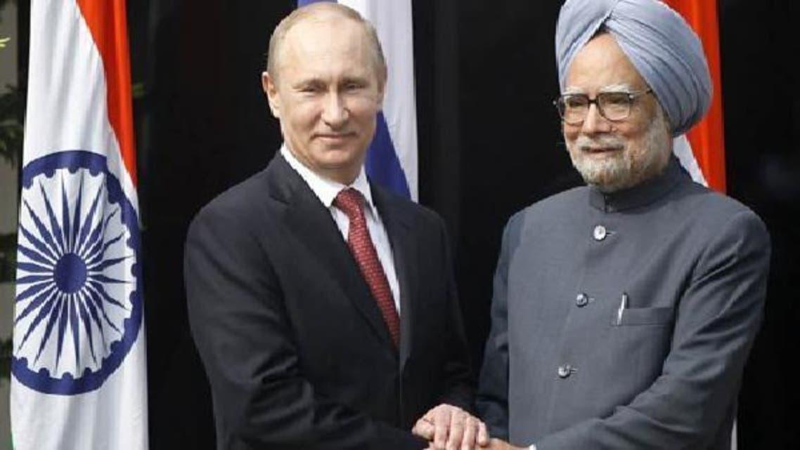 روسی صدر ولادی میر پوتین بھارتی وزیراعظم من موہن سنگھ سے مصافحہ کرتے ہوئے۔