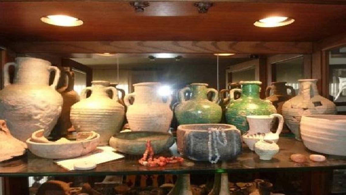 بعض من القطع الأثرية في منزل باربرا قبل تسليمها لهيئة السياحة