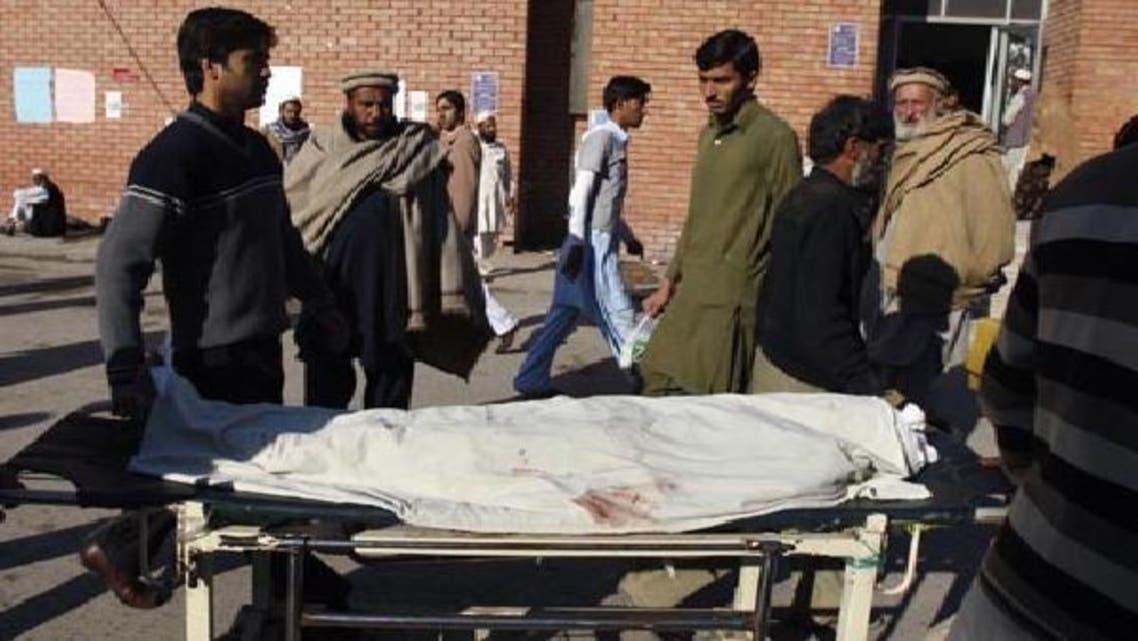 پشاور میں 18دسمبر کومسلح افراد کے حملے میں قتل ہونے والی ایک خاتون کارکن کی لاش اسپتال لائی جارہی ہے۔فائل