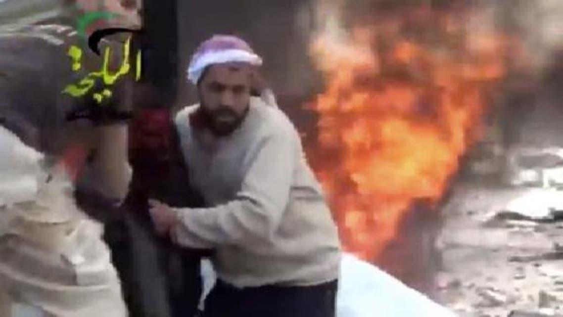 دمشق کے نواحی علاقے الملیحہ میں شامی طیارے کے میزائل حملے کے بعد آگ لگی ہوئی ہے