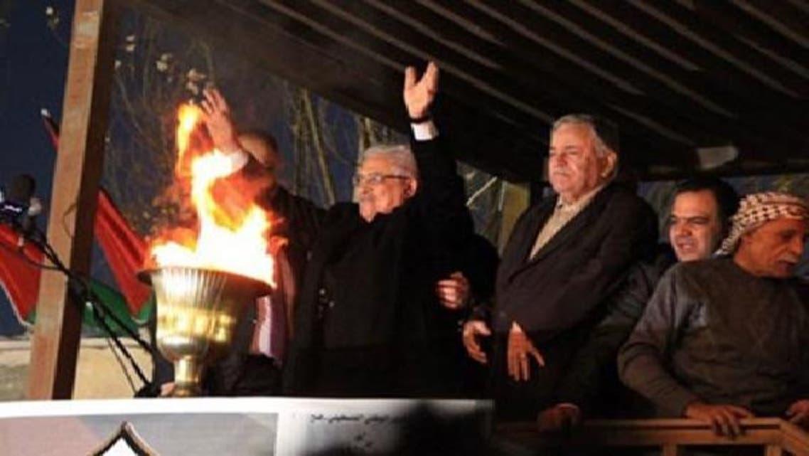 محمود عباس فتح کے اڑتالیسویں یوم تاسیس کے موقع پر شمع روشن کرنے کے بعد دوسرے لیڈروں کے ساتھ کھڑے ہیں۔