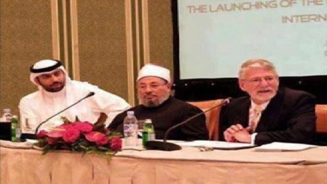 من اليمين المنتج باري أوزبورن والقرضاوي وأحمد الهاشمي