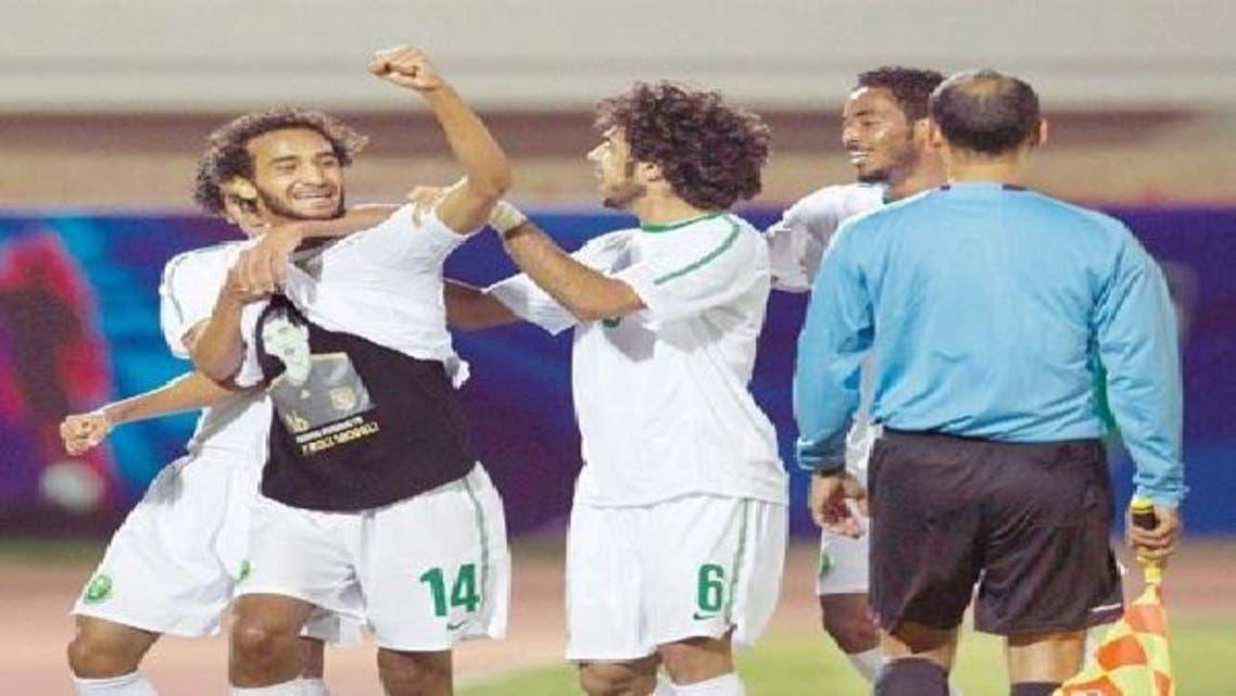 عبدالله عطيف يحتفل بهدفه مظهراً صورة بوسكيتس