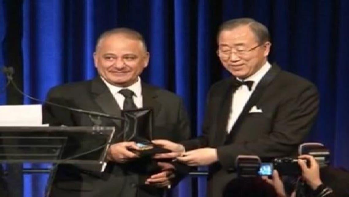 العربیہ کے طلال الحاج یو این سیکرٹری جنرل سے ایوارڈ وصول کر رہے ہیں