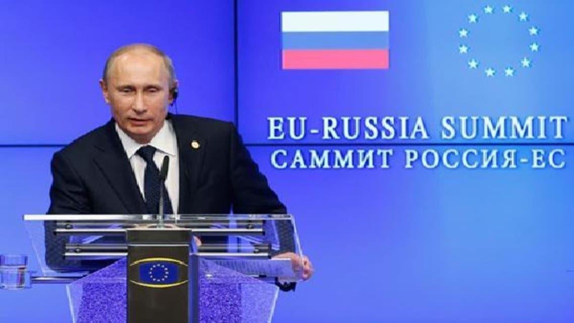 روسی صدر ولادی میر پوتین برسلز میں یورپی کونسل کے صدر ہرمن وان رومپائے کے ساتھ مشترکہ نیوزکانفرنس سے خطاب کر رہے ہیں۔