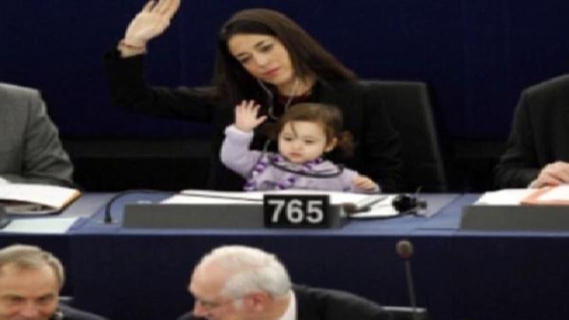 """طفلة \\""""نائبة\\"""" في البرلمان الأوروبي منذ ولادتها"""