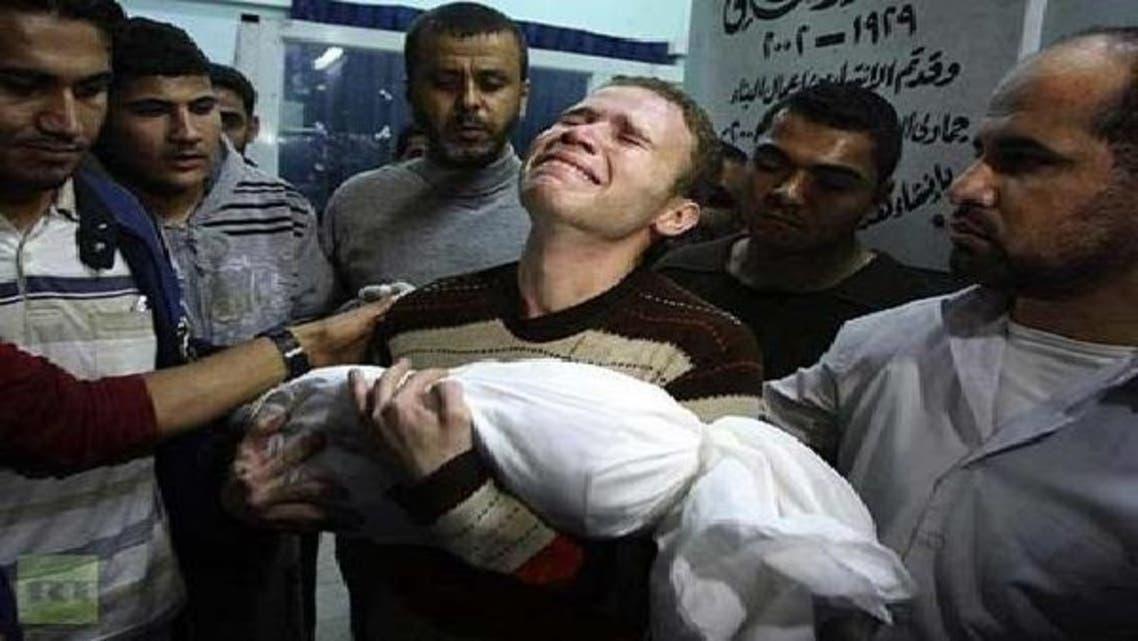 صحافی جہاد مشراوی غزہ کے ایک اسپتال میں اپنے بیٹے کی لاش اٹھائے ہوئے