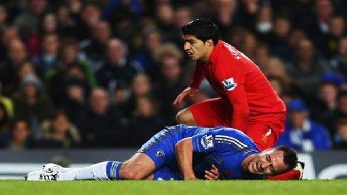 تيري يتألم بعد إصابته في مباراة ليفربول