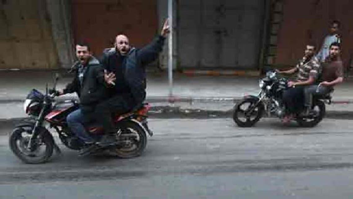 فلسطینی نوجوان مشتبہ اسرائیلی جاسوس کی نعش سڑک پر گھسیٹ رہے ہیں