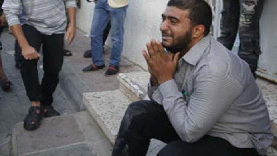 ایک فلسطینی حماس کے عسکری شعبے کے سربراہ کی اسرائیلی حملے میں شہادت پر نوحہ کناں ہے