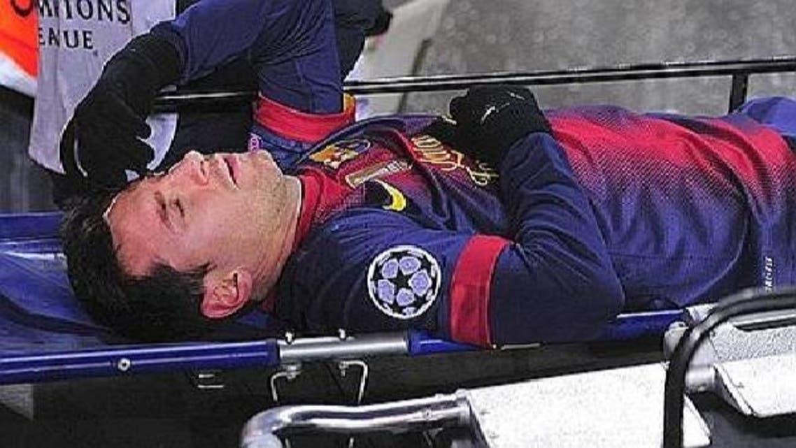 ميسي محمولاً بعد إصابته