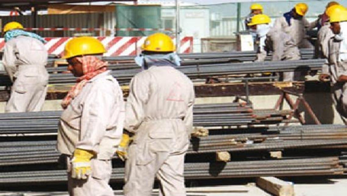 عمال أجانب يعملون في صناعة الصلب بالسعودية