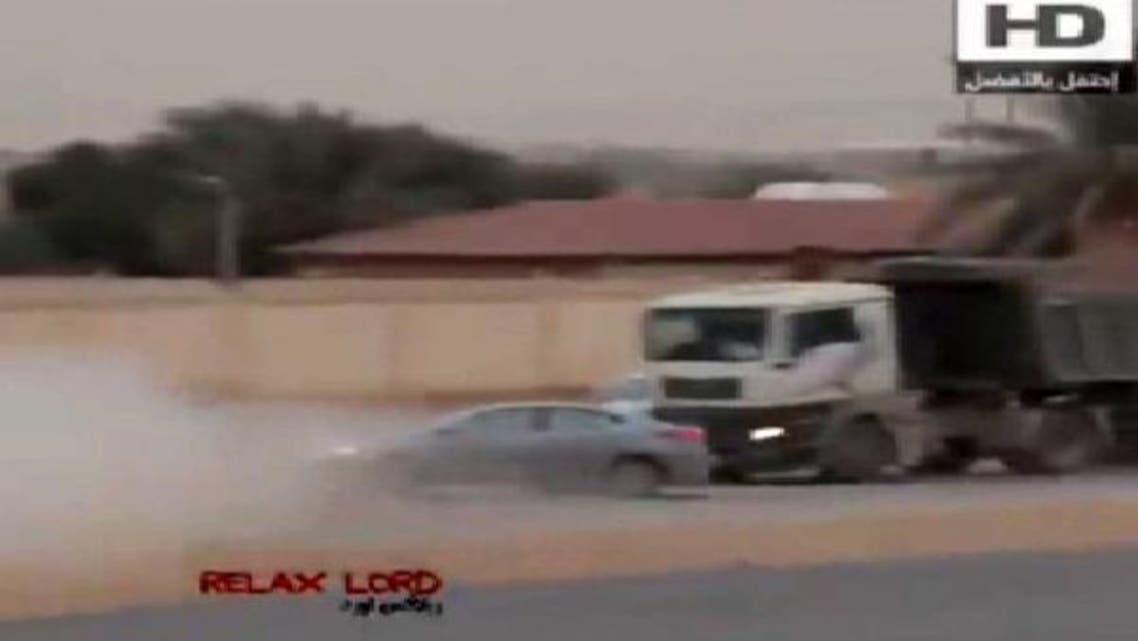 """حادث \\""""تفحيط\\"""" مروع ينهي حياة سعودي أمام شاحنة"""