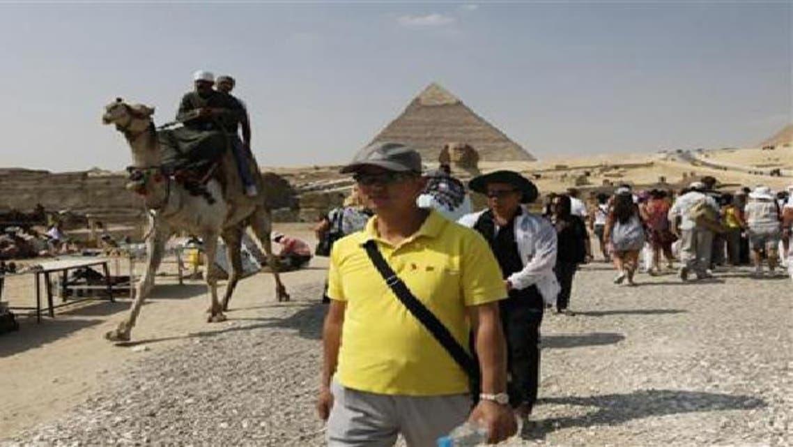 سياح بمنطقة الأهرامات في مصر