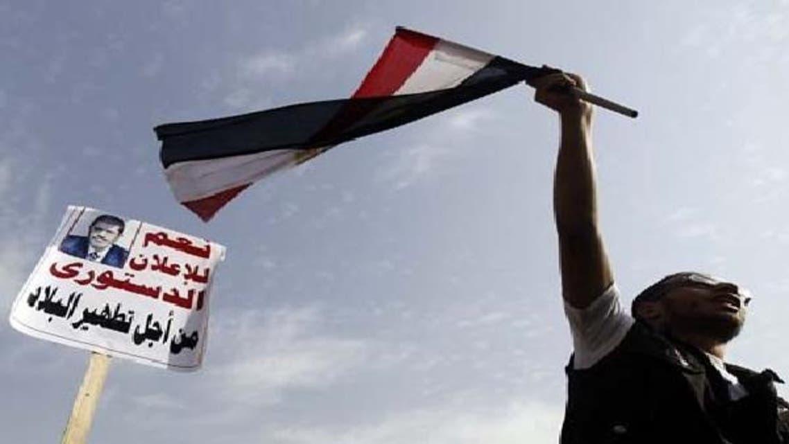صدر محمد مرسی کا ایک حامی ان کے حق میں نعرے لگا رہا ہے۔