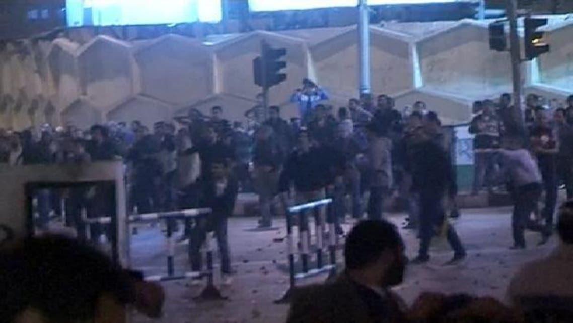 قاہرہ کے صدارتی محل کے باہر صدر محمد مرسی کے حامیوں اور مخالفین میں لڑائی کا منظر
