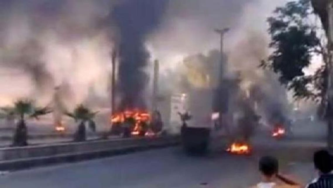 دمشق کے علاقے حجرالاسود میں ٹائروں اور کوڑا کرکٹ کو لگائی گئی آگ سے دھواں اٹھ رہا ہے