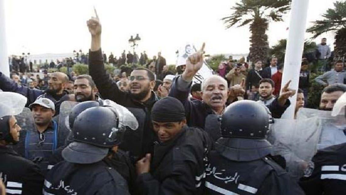 حکمراں اسلامی جماعت کے کارکنان دارالحکومت تیونس میں لیبر یونین کے خلاف احتجاجی مظاہرہ کررہے ہیں۔