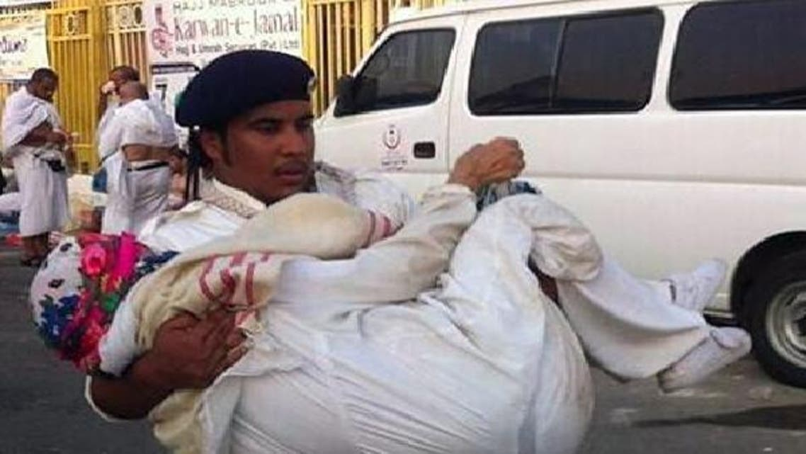 الكشاف السعودي أحمد السرحاني حاملاً الحاجة