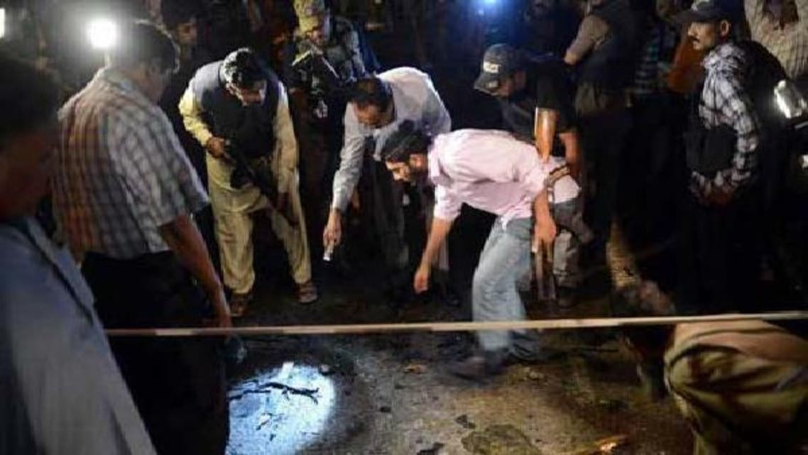 کراچی میں سکیورٹی اہلکار بم دھماکے کی جگہ سے شواہد اکٹھے کر رہے ہیں