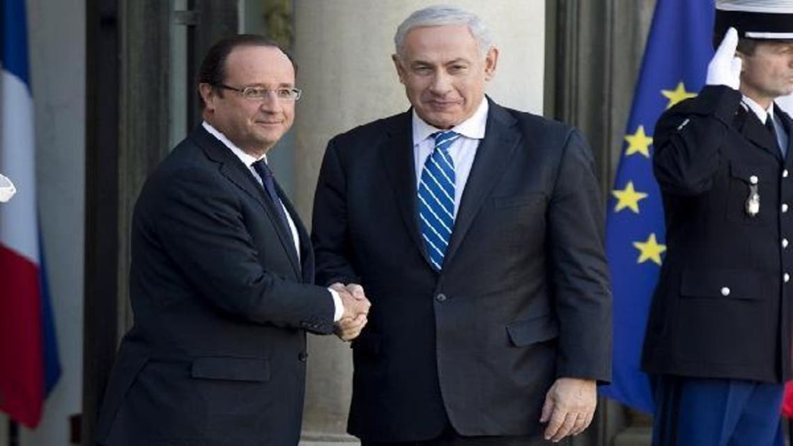 French President Francois Hollande (L) shakes hands with Israel\'s Prime Minister Benjamin Netanyahu on Oct. 31, 2012 at the Elysee Palace in Paris. (AFP)