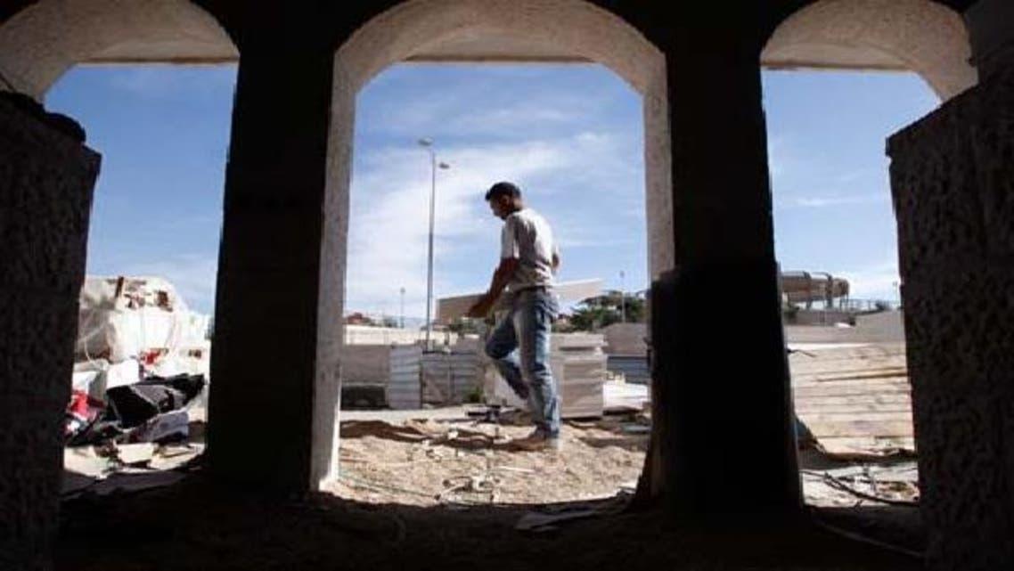 ایک فلسطینی مزدور مقبوضہ بیت المقدس کے نواح میں واقع یہودی بستی معالے ادومیم میں کام کر رہا ہے