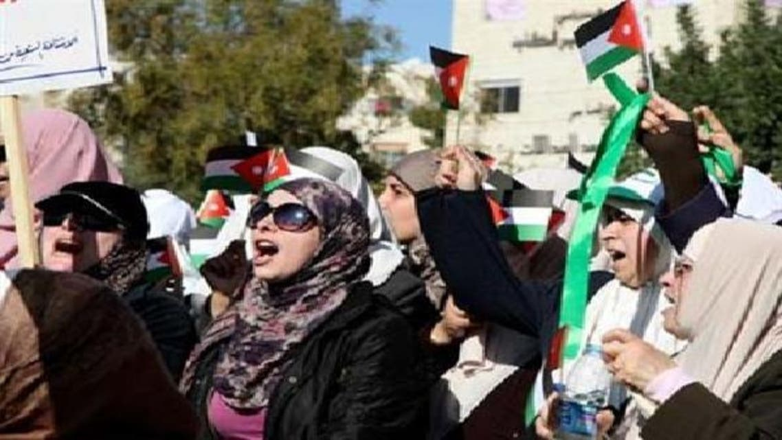 عمان میں ہزاروں افراد نے مہنگائی کے خلاف احتجاجی مظاہرہ کیا ہے اور حکومت کی تبدیلی کا مطالبہ کیا ہے