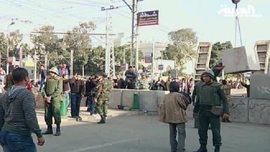 الجيش المصري يدعو للحوار ويبني جداراً حول القصر الرئاسي