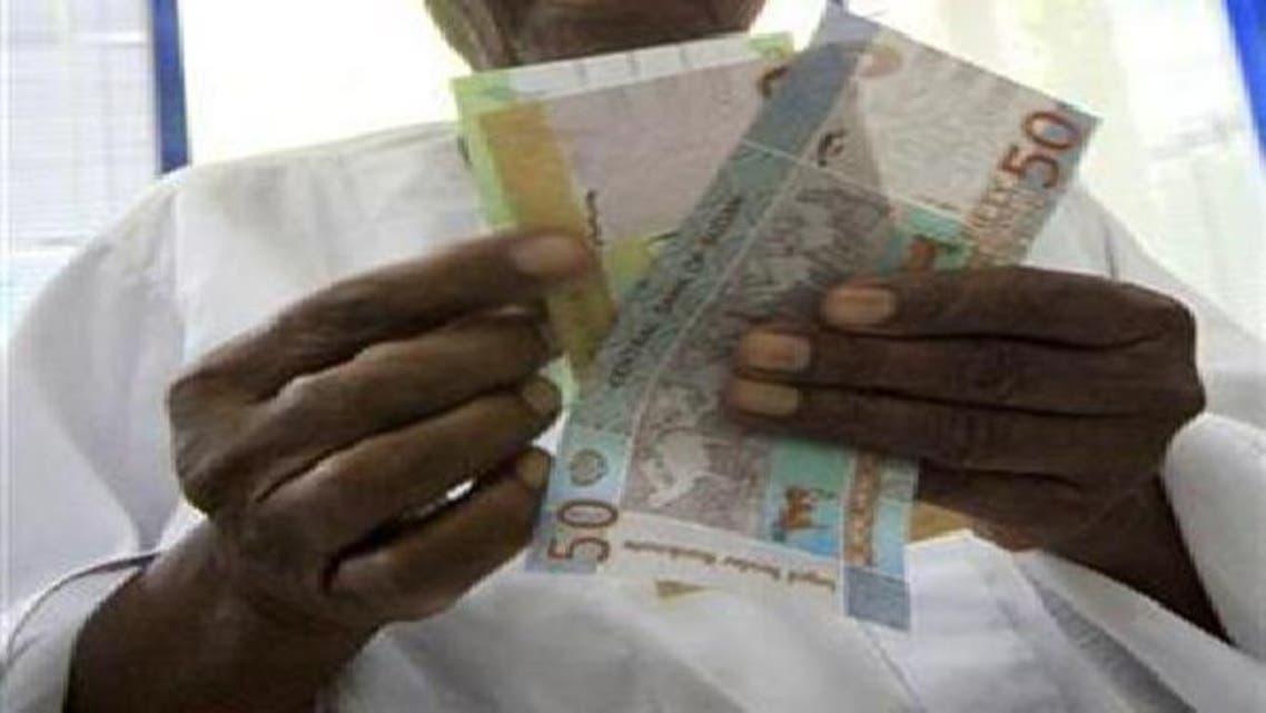 عملة سودانية في يد أحد المواطنين