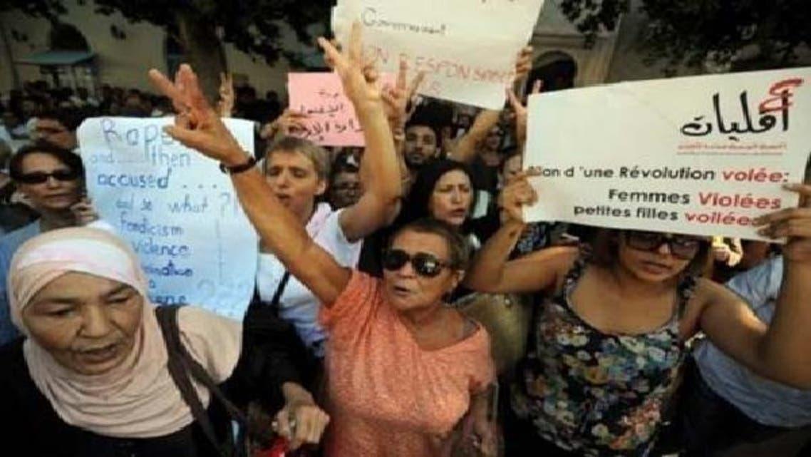 تیونس میں پولیس اہلکاروں کی زیادتی کا شکارعورت کے حق میں احتجاجی مظاہرے کیے گئے ہیں۔