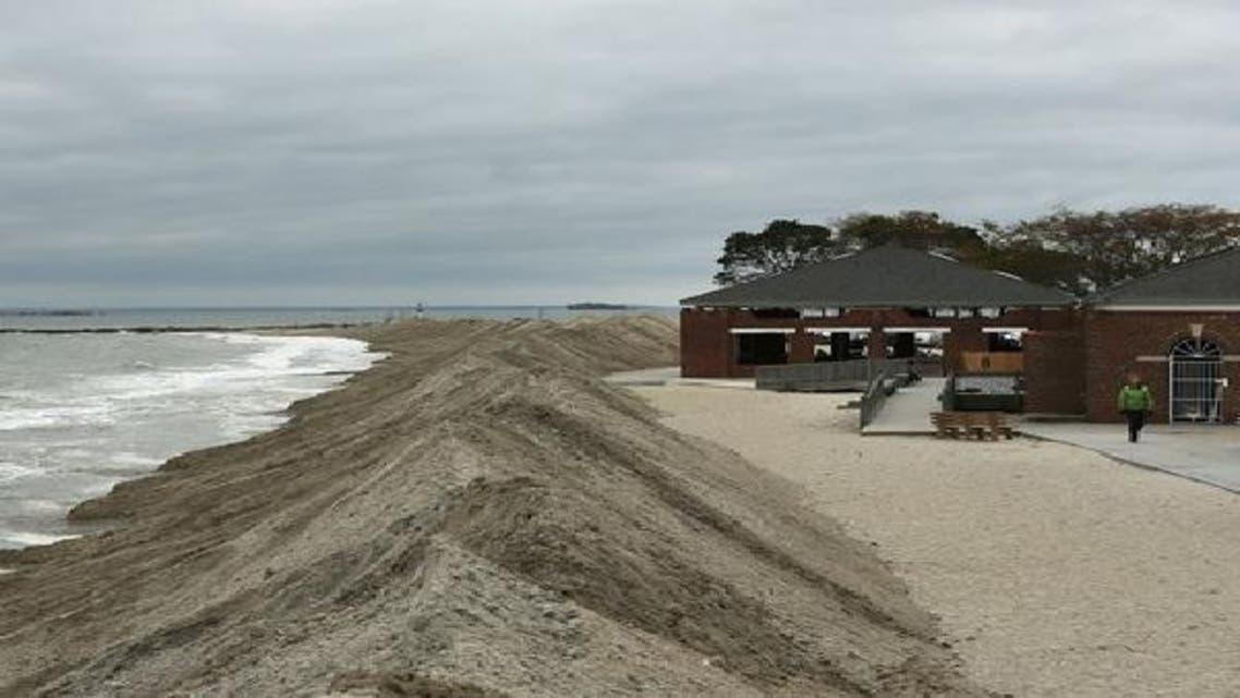 حواجز ترابية على شاطئ بولاية كونيكتيكيت للحماية من الإعصار