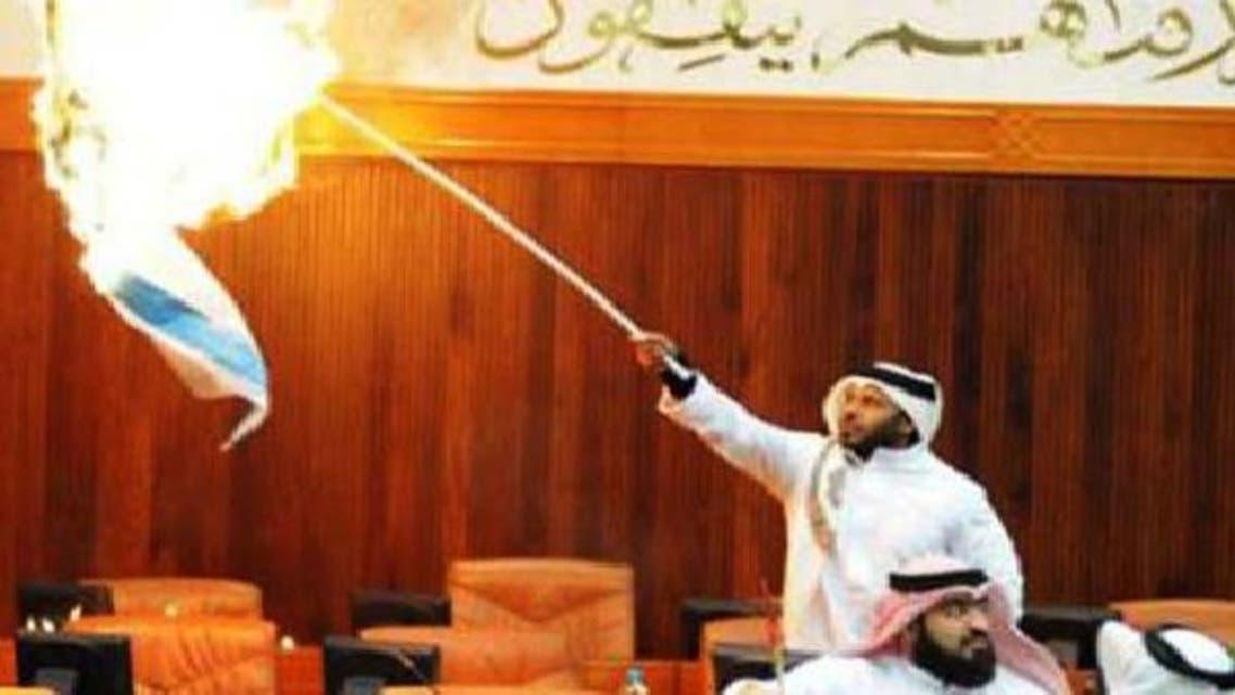 بحرینی رکن اسامہ آل تمیمی نے اسرائیل کی غزہ کی پٹی پر حالیہ جارحیت کے خلاف بطور احتجاج صہیونی پرچم نذر آتش کر دیا تھا