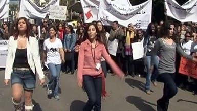 لبنانيات يرقصن احتجاجاً أمام منزل رئيس مجلس النواب