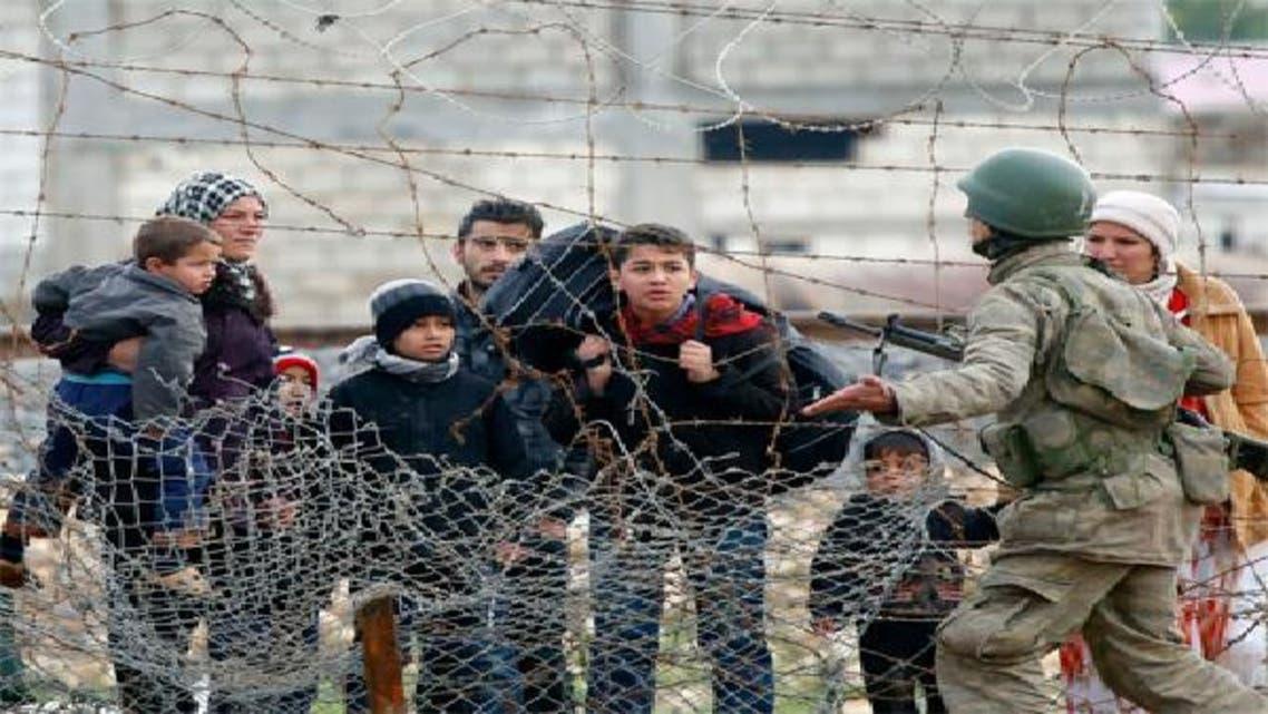 عائلات سورية نازحة على الحدود السورية التركية