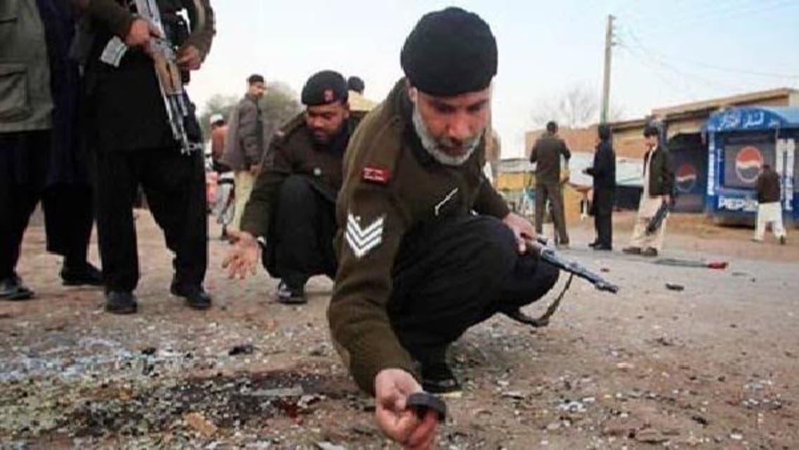سکیورٹی فورسز کے اہلکار بم دھماکے کی جگہ سے شواہد اکٹھے کر رہے ہیں