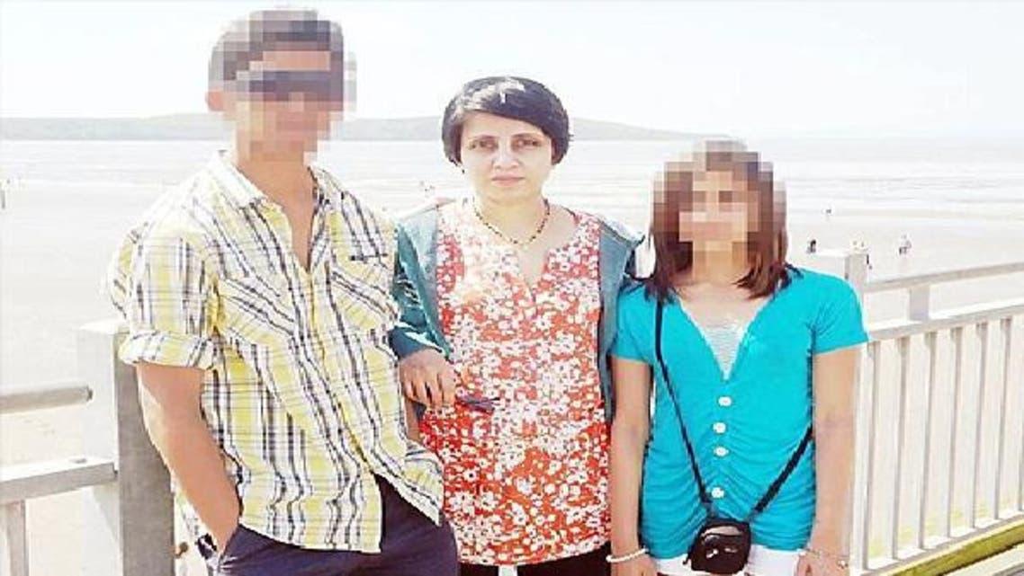 الممرضة الضحية جاسينتا سالدانا وسط طفليها