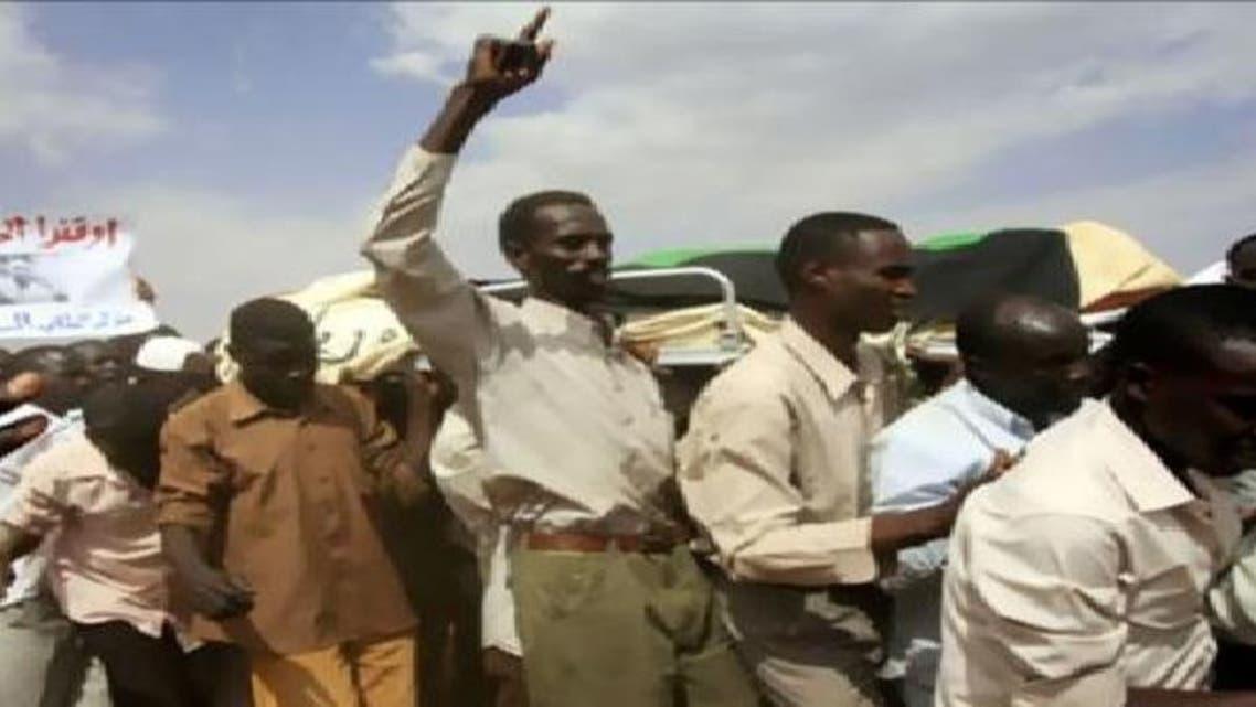 سوڈان: تصادم میں جاں بحق طلباء کے علامتی جنازے اٹھا کر احتجاج