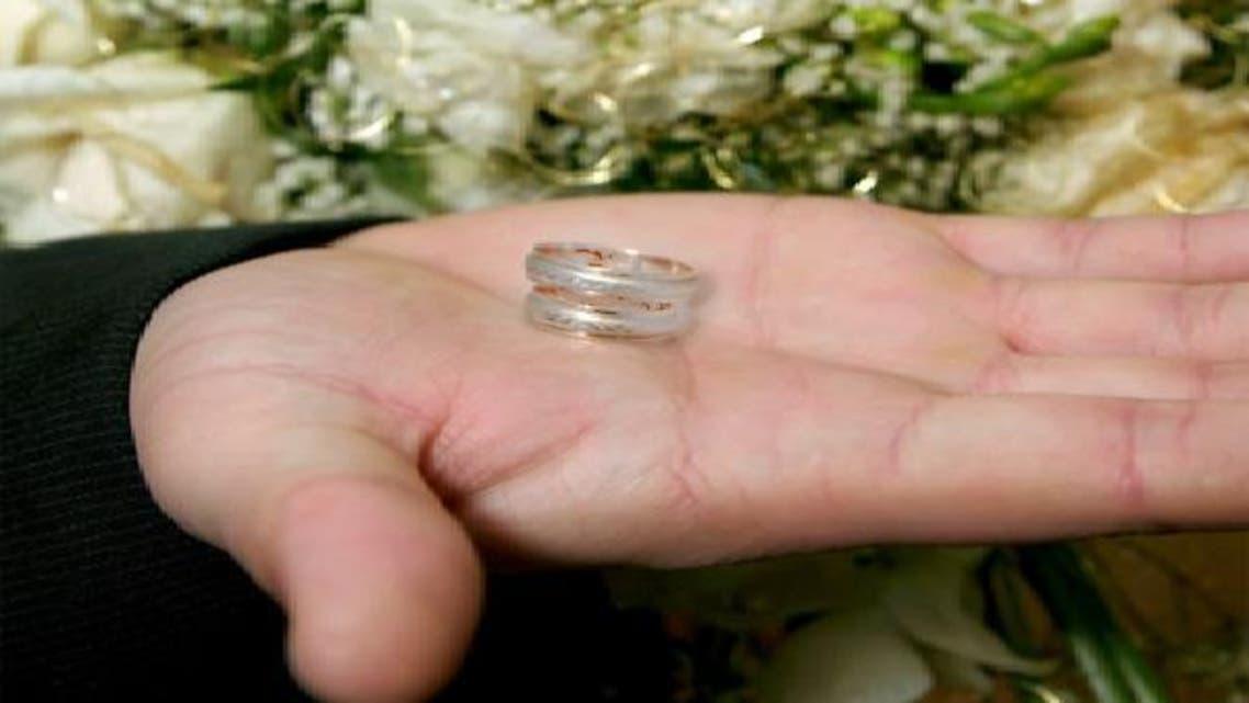 سعوديات يوافقن على ارتباط أزواجهن ويخطبن لهم