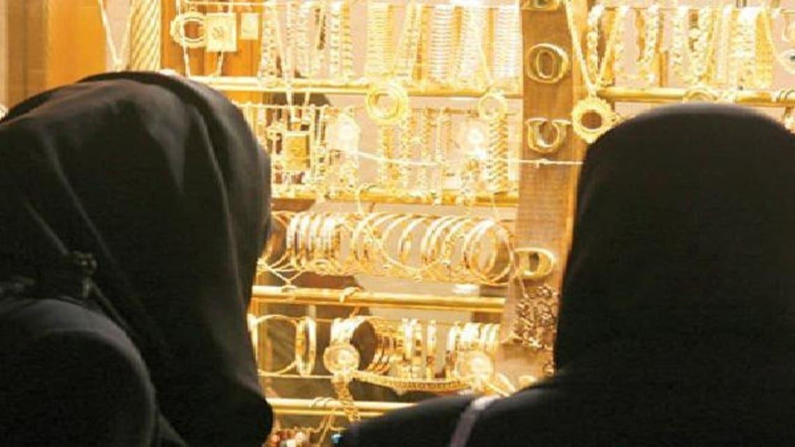 امرأتان أمام أحد محال الذهب في السعودية