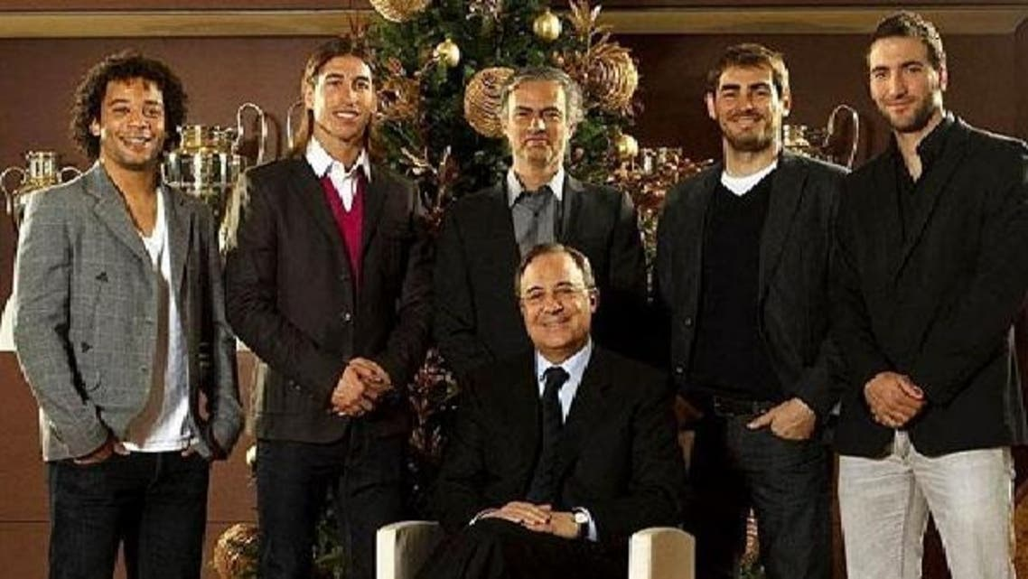 رئيس نادي ريال مدريد بيريز مع اللاعبين